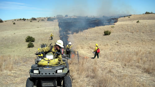 Trainees conduct a controlled burn at the Niobrara Valley Preserve. (Chris Rundstrom/The Nature Conservancy)